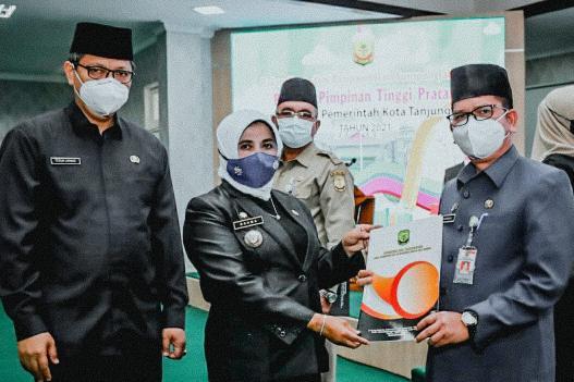 Rahma Melantik Surjadi Sebagai Kepala Bappelitbang dan Menyerahkan Surat Perintah Tugas Kepada Pelaksana Tugas Kepala Dinas