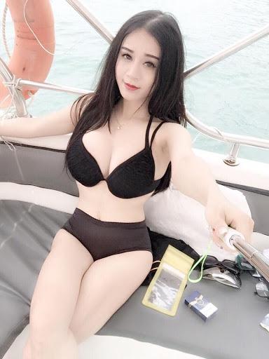 Hot Girl Tạo Dáng Trên Du Thuyền
