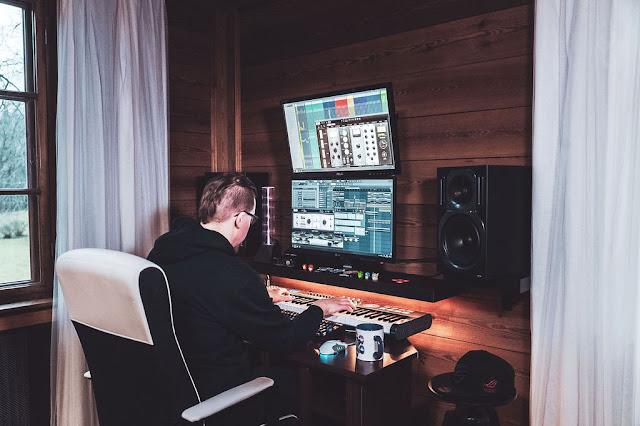 Laulun jälkituotanto tapahtuu tietokoneella.