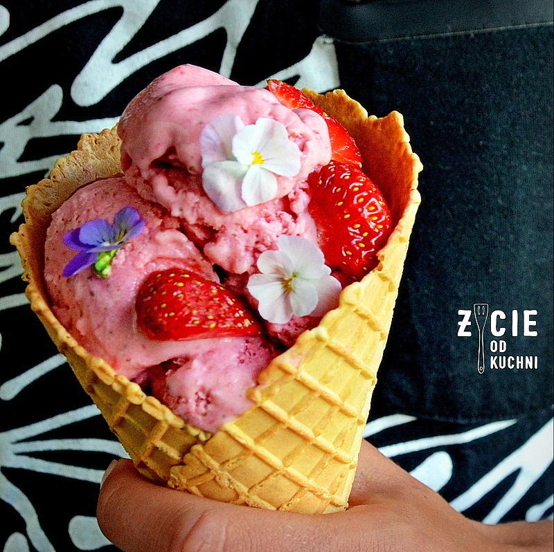 lody, lody domowe, truskawki, domowe lody truskawkowe, domowe lody, lodowe desery, przepisy z truskawkami, zycie od kuchni