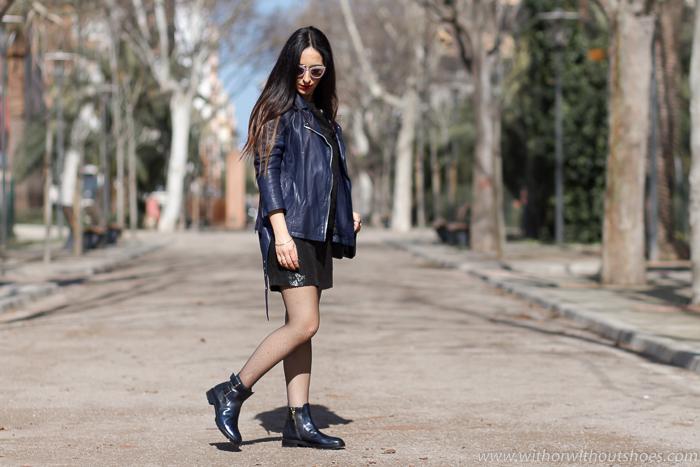 Vestido negro con estampado color negro plata Selected Femme y botines moteros Fratelli Rossetti
