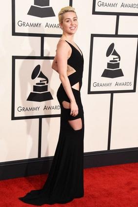 Vestido negro original y elegante a la vez