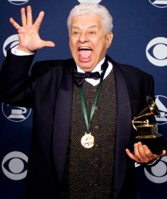 Foto de Tito Puente feliz con premio