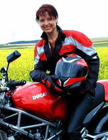 Frau Gabriele Pauli in Leder u. Goretex auf ihrem Motorrad