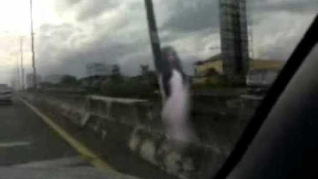 Hantu Cantik menuggu penguna jembatan musi