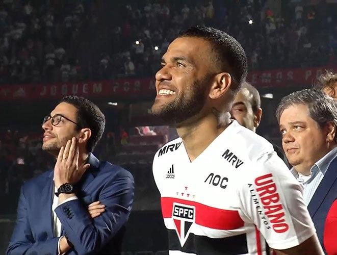 Daniel Alves marca na estreia e deixa São Paulo a cinco pontos da liderança