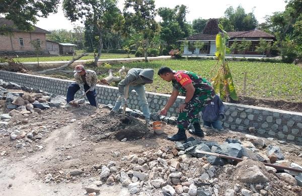 Babinsa Koramil 0802/11 Bungkal dan  Warga Gotong Royong Membuat Saluran Air