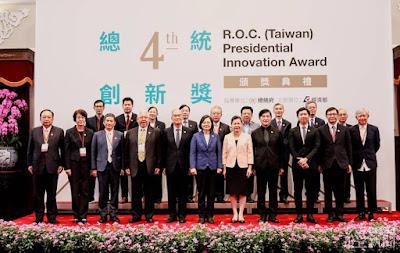 蔡總統與總統創新獎委員會委員及獲獎者合影