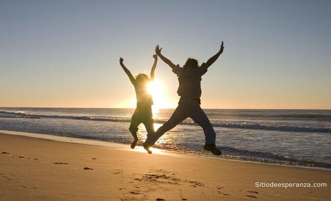 personas felices en la playa
