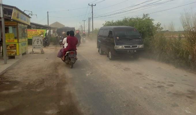 Parah!!, Urugan di Jalan Protokol Kecamatan Carenang Resahkan Pengedara dan Pedagang