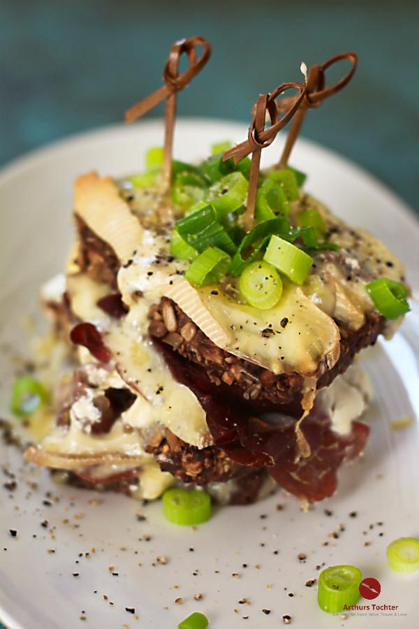Croque Raclette, Monsieur! {Das beste, was der Rest vom Raclette-Käse werden kann}! #rezept #croque #monsieur #deutsch #sandwich #käse #überbacken #reste #raclette #bündner #fleisch #wallis #fondue #weihnachten #backofen #überbacken #einfach #schnell #fett #madame #resteverwertung #kalorien #highfat #foodblog #arthurstochter #foodphotography #mainz #rheinhessen #wein #sekt #vegetarisch #originale #französisch #kochen #selbermachen