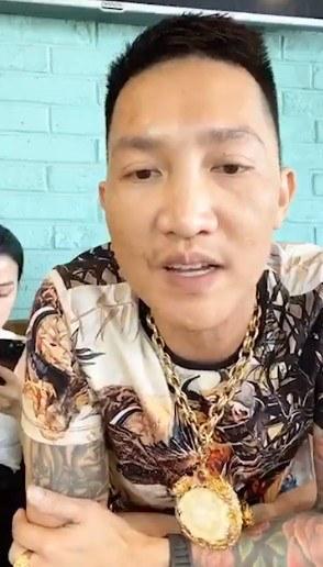 Clip Huấn Hoa Hồng livestream phân trần việc đánh vợ dậρ mặt, dân mạng bất ngờ vì sự xuất hiện của người vợ