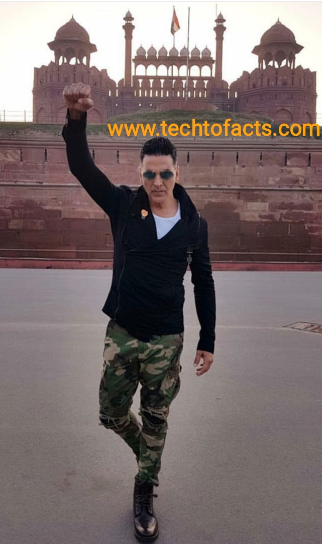 What is the monthly income of Akshay Kumar?