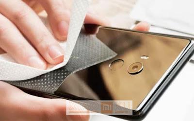 tips jual xiaomi bekas - membersihkan body dan layar xiaomi