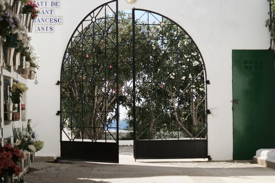 Blog + Fotografie by it's me! - Reisen - La Isla Blanca Ibiza, Santa Eurlaria - Torflügel in der Klosteranlage