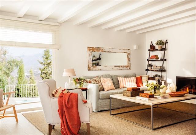 salon con sofa y butaca gris, mesa de centro industrial chimenea y espejo de madera chicanddeco