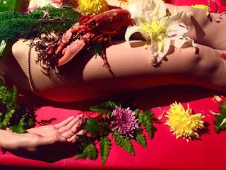 Cận cảnh bàn tiệc xa hoa trên cơ thể nude 3