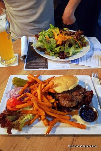 Burger mit Süßkartoffelpommes im Carls Wirtshaus in Karlsruhe