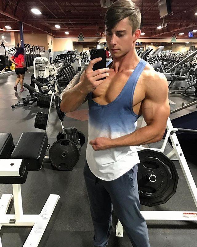 attractive-gym-muscle-dude-huge-pecs-big-biceps-selfie