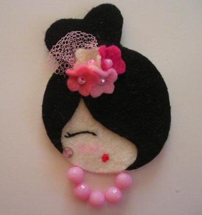 rosto de daminha em feltro com flores no cabelo