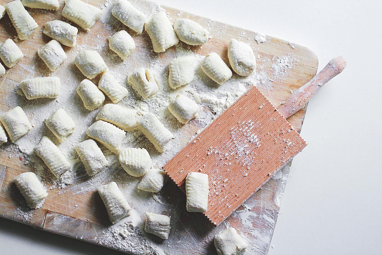 Ricotta-Gnocchi mit Gnocchi-Brett auf Holzbrett | Arthurs Tochter kocht. Der Blog für Food, Wine, Travel & Love von Astrid Paul