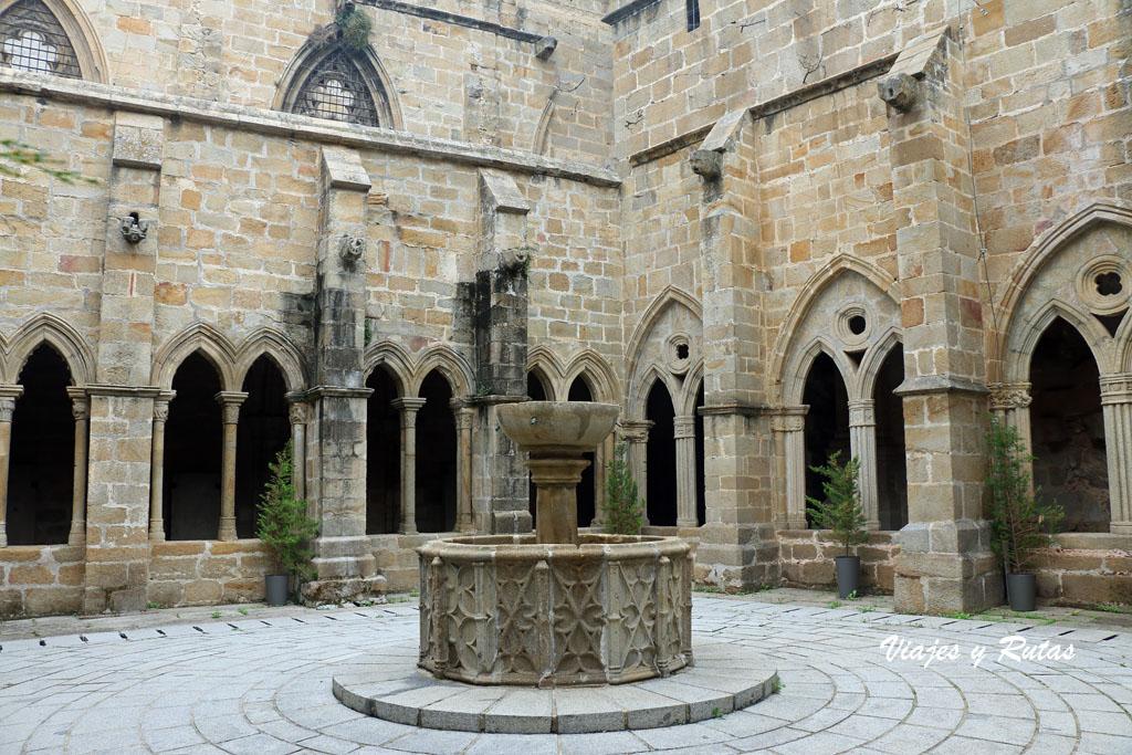Fuente del claustro de la catedral de Plasencia
