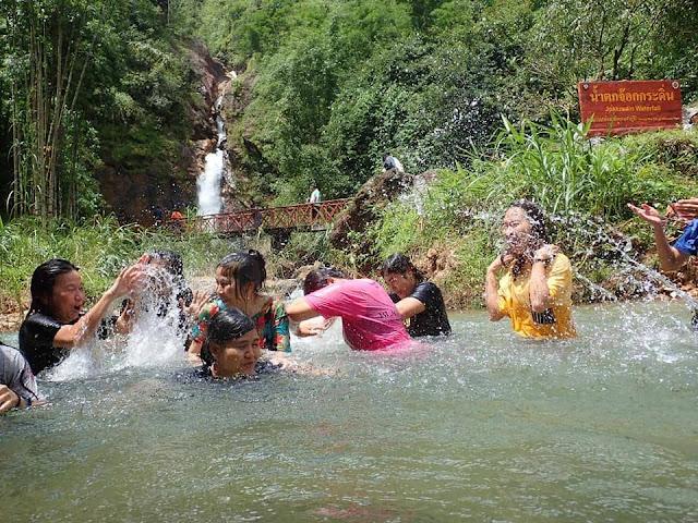 เป็นน้ำตกไหลตลอดทั้งปี มีน้ำทีใสสะอาด เด็กๆสามารถเล่นน้ำได้อย่างปลอดภัย ในหน้าแล้งจะมีน้ำน้อย ส่วนหน้าฝนจะมีน้ำไหลลงมาจากช่องหน้าผาจำนวนมาก