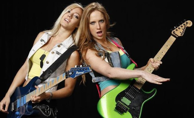 Nita Strauss y Courtney Cox tocan The Trooper de Iron Maiden
