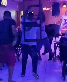 """Segurança é baleado após levar """"surra"""" de cadeiras em pub"""