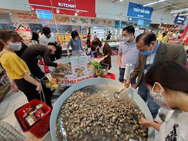 Dân tình đổ xô vét sạch tôm sú khổng lồ vì bán với giá rất rẻ