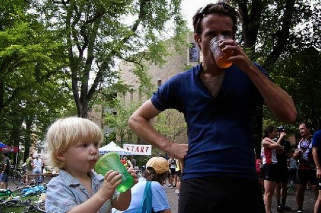 Hombre bebiendo cerveza y niño bebiendo jugo