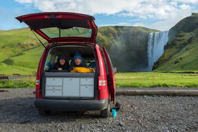 Pareja disfrutando de una campervan en Islandia