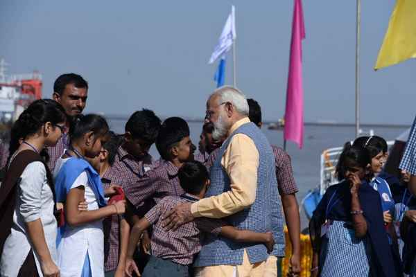 pm-narendra-modi-travelled-in-ro-ro-feri-service-with-children-happy