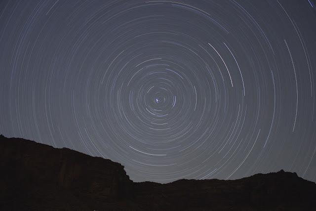 Estrelas e seus movimentos capturados em timelapse