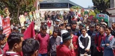 Demontrasi Mahasiswa Ricuh Saat Pelantikan Anggota DPRD NTB,  Seorang Mahasiswa Terluka
