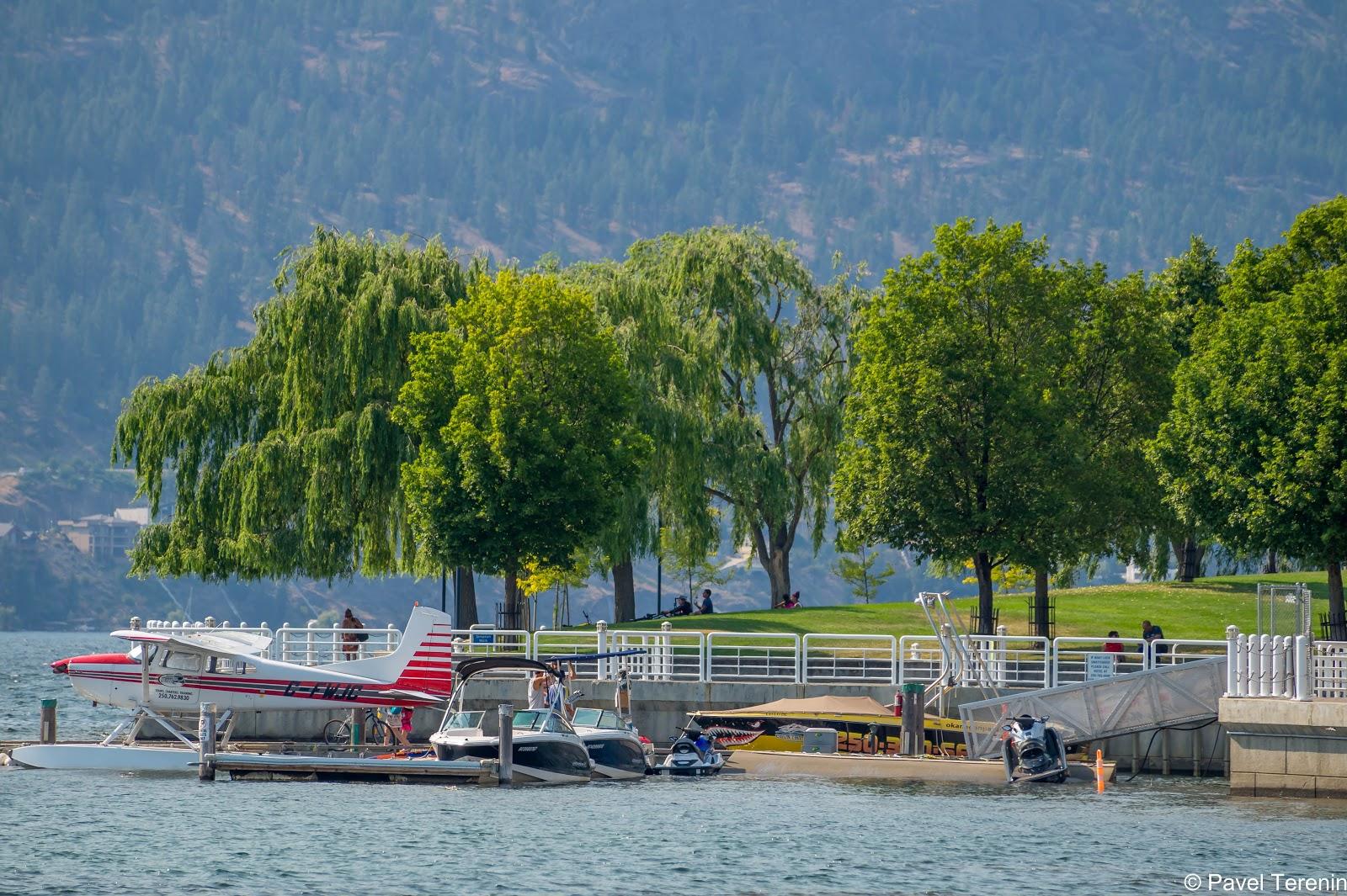 На некоторых пристанях катера стоят в перемешку с самолётами.