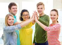 Jóvenes chocando manos, trabajo en equipo