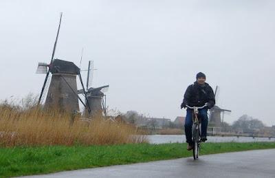 Bersepeda Di Desa Kinderdijk Belanda