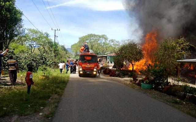 15 Menit Tiga Unit Rumah Warga Di Kecamatan Permata, Hangus Terbakar