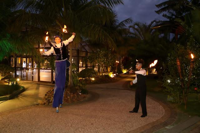 Artistas de circo com perna de pau e fogo recepcionando os convidados da festa de confraternização da Truss em Santa Catarina.