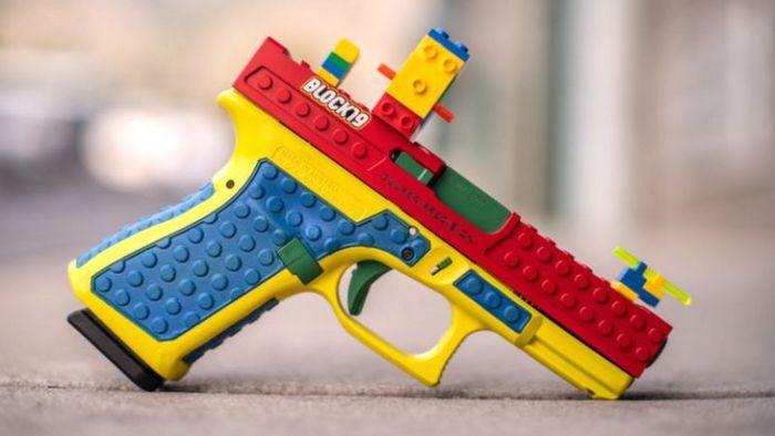 Справжній пістолет стилізований під іграшку викликав скандал у США