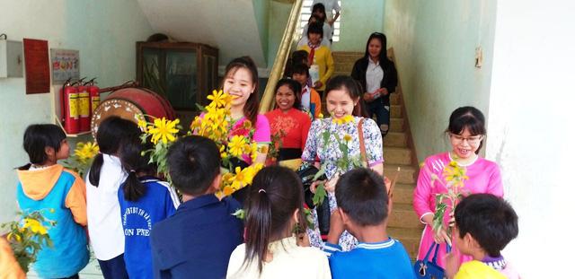 Gia Lai: Học sinh vùng cao hái những bó hoa dã quỳ, bắt gà tặng thầy cô giáo dịp 20/11