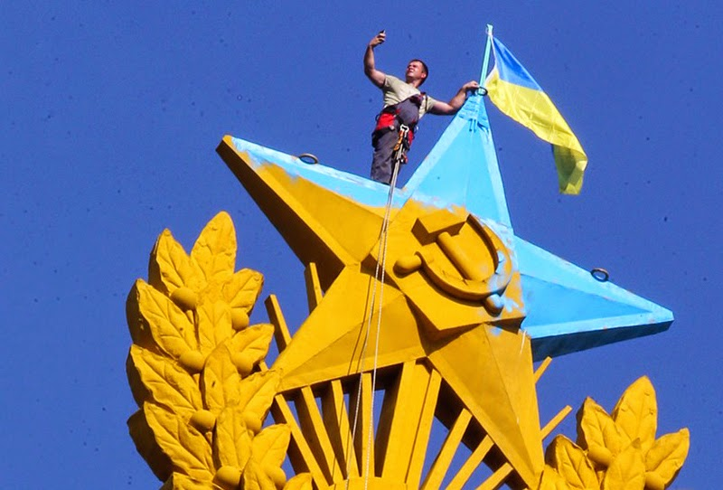 In the center of Moscow, Russian authorities captured four Russian citizens, who've put Ukrainian flag on one of the tallest buildings in the area and painted the top red star in Ukrainian national colors