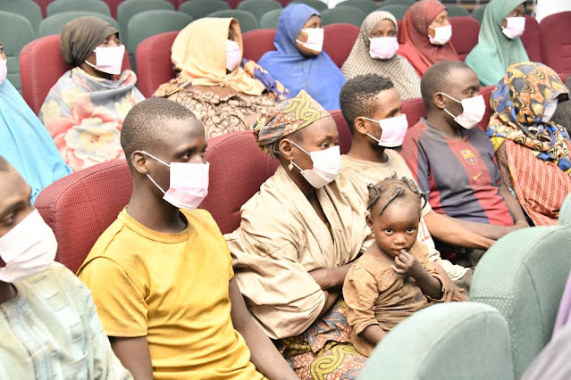 Niger state governor receives 21 rescued abducted travelers (pictures)
