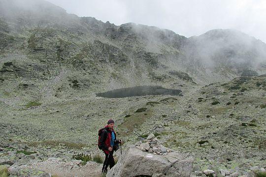 Przed jeziorkiem położonym na wysokości 2576 m n.p.m.