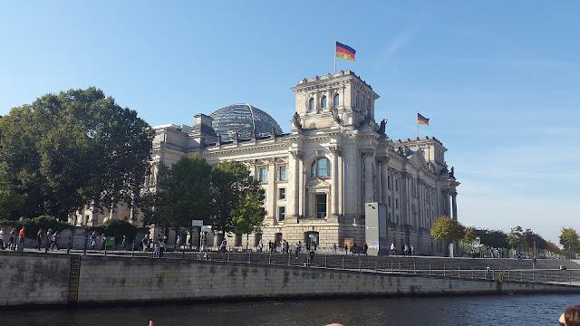 連邦議会議事堂、シュプレー川、、夏のベルリン観光地
