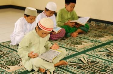 Membantu anak memahami jika mengaji adalah salah satu bentuk ibadah