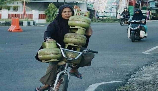 Perempuan Bawa Tabung Gas Pakai Sepeda Viral, Netizen: Sehat Selalu Ibu