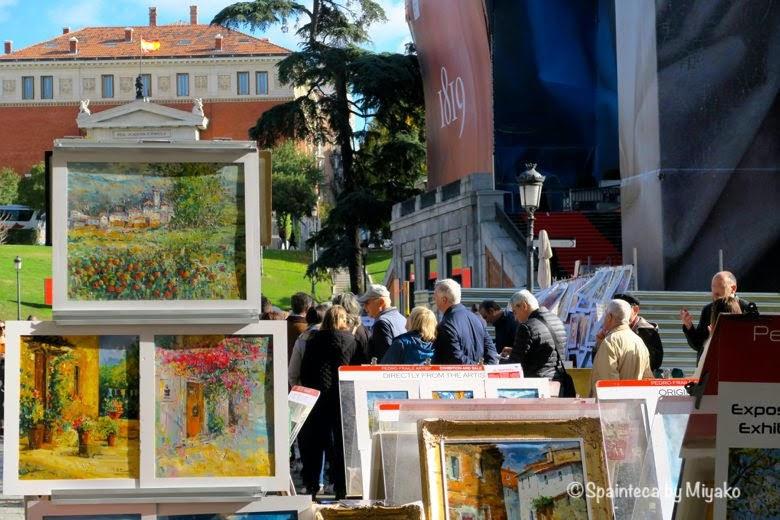 プラド美術館に並ぶ入館者たちと絵画