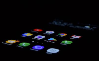 5 Cara Membersihkan Layar HP Android Agar Tidak Berminyak
